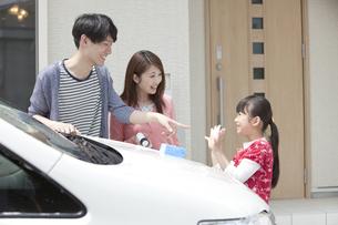 車を洗う家族3人の写真素材 [FYI02814268]