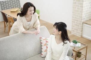 ソファーで話す親子の写真素材 [FYI02814281]