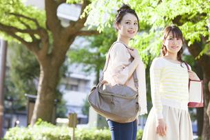 笑顔の女子大生2人の写真素材 [FYI02814283]