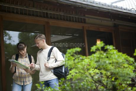 日本を観光する外国人カップルの写真素材 [FYI02814291]