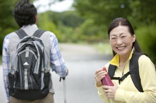 ハイキングをする中高年夫婦の写真素材 [FYI02814299]
