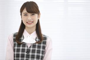 制服を着た笑顔のビジネスウーマンの写真素材 [FYI02814302]