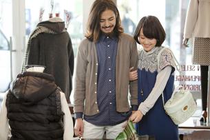 ショッピングをするカップルの写真素材 [FYI02814305]