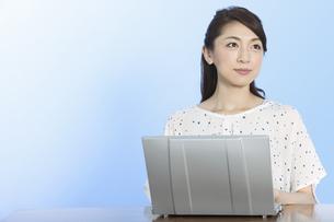 ノートパソコンを操作する女性の写真素材 [FYI02814306]