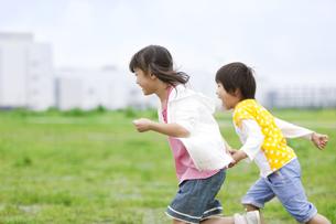 駆け出す子供2人の写真素材 [FYI02814324]