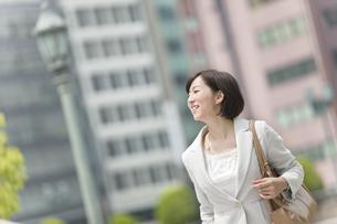 笑顔で遠くを眺めるビジネスウーマンの写真素材 [FYI02814351]