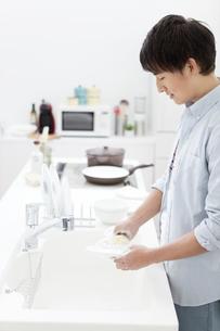 洗い物をする男性の写真素材 [FYI02814354]