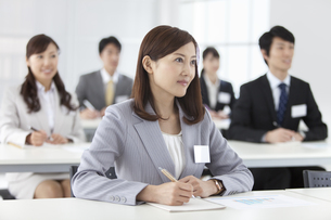 研修を受けるビジネスウーマンとビジネスマン5人の写真素材 [FYI02814357]
