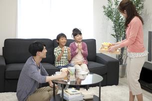 ティータイム中の家族4人の写真素材 [FYI02814361]
