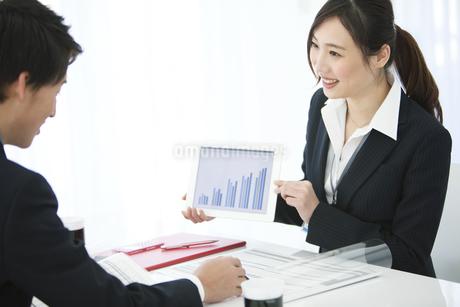 打ち合わせをするビジネスマンとビジネスウーマンの写真素材 [FYI02814371]