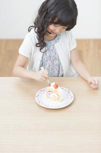 ケーキを食べる女の子の写真素材 [FYI02814376]