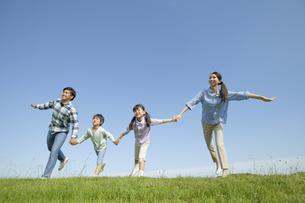 手をつないで遊ぶ4人家族の写真素材 [FYI02814390]