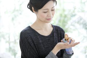 化粧水を手に取る中高年女性の写真素材 [FYI02814394]