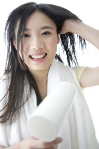 ドライヤーで髪を乾かす女性の写真素材 [FYI02814395]