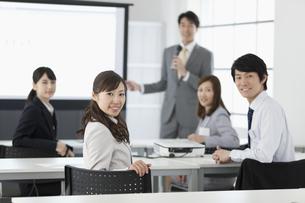 振り返るビジネスウーマンとビジネスマン5人の写真素材 [FYI02814485]