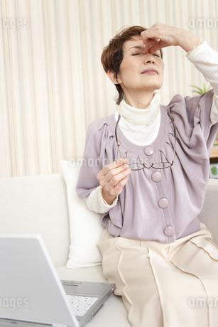 目頭を押さえている中高年女性の写真素材 [FYI02814493]