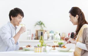 食事をしているカップルの写真素材 [FYI02814497]