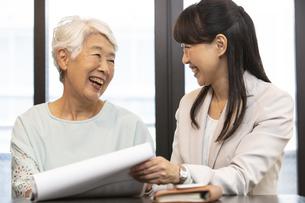 笑顔のシニア女性とビジネスウーマンの写真素材 [FYI02814527]