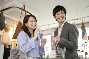 買い物をするカップルの写真素材 [FYI02814528]