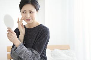 手鏡を見る中高年女性の写真素材 [FYI02814540]