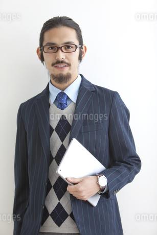 タブレットPCを持つビジネスマンの写真素材 [FYI02814584]