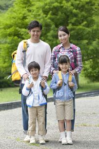 ハイキングをする4人家族の写真素材 [FYI02814588]