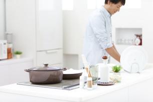 洗い物をする男性の写真素材 [FYI02814596]