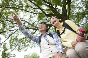 ハイキングをする中高年夫婦の写真素材 [FYI02814639]