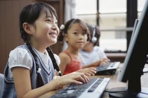 パソコンを操作する女の子の写真素材 [FYI02814654]
