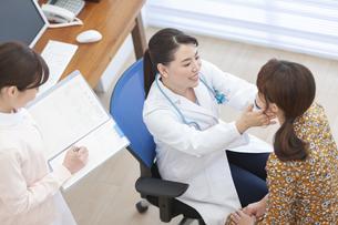 女性を診察する女医の写真素材 [FYI02814713]