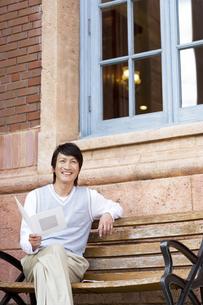 ベンチに座る中高年男性の写真素材 [FYI02814720]