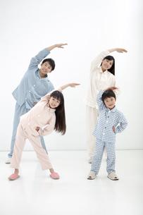 体操をする家族4人の写真素材 [FYI02814722]