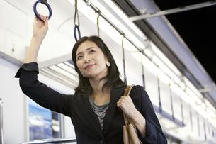 通勤電車に乗るビジネスウーマンの写真素材 [FYI02814739]