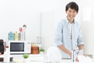 洗い物をする男性の写真素材 [FYI02814775]