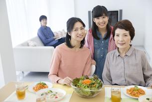 笑顔の3世代家族の写真素材 [FYI02814790]