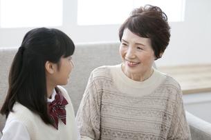 会話をする祖母と孫の写真素材 [FYI02814801]