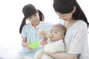 離乳食中の3人家族の写真素材 [FYI02814830]