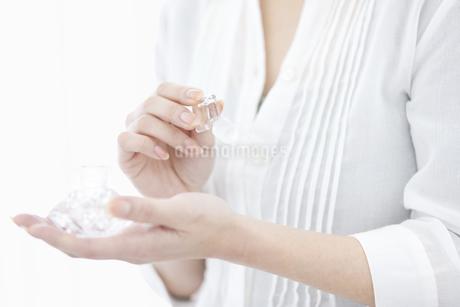 香水をつける女性の手元の写真素材 [FYI02814847]