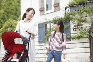 ベビーカーを押す母親と女の子の写真素材 [FYI02814876]