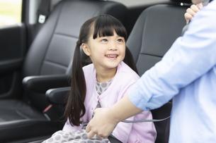 シートベルトをする母娘の写真素材 [FYI02814912]
