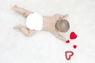 うつ伏せの赤ちゃんの写真素材 [FYI02814925]