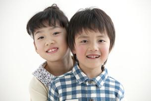 笑顔の男の子と女の子の写真素材 [FYI02814937]