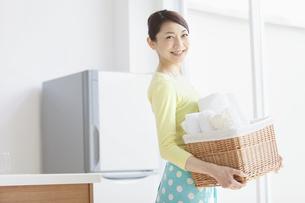 洗濯物を持つ女性の写真素材 [FYI02814947]