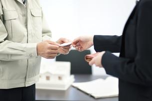 名刺を交換するビジネスマンとビジネスウーマンの写真素材 [FYI02814967]