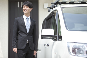 車とビジネスマンの写真素材 [FYI02814983]