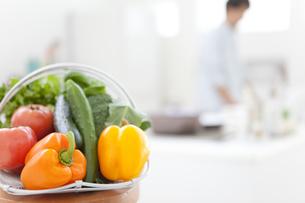 野菜とキッチンに立つ男性の写真素材 [FYI02814984]