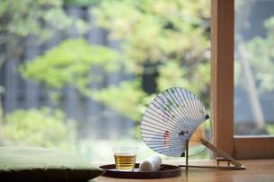 縁側のうちわと冷茶の写真素材 [FYI02814988]