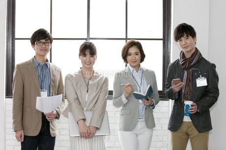 笑顔のビジネス男女4人の写真素材 [FYI02814990]