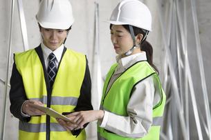 建設現場のビジネス男女の写真素材 [FYI02815039]