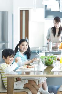 朝食の食卓を囲む家族の写真素材 [FYI02815052]